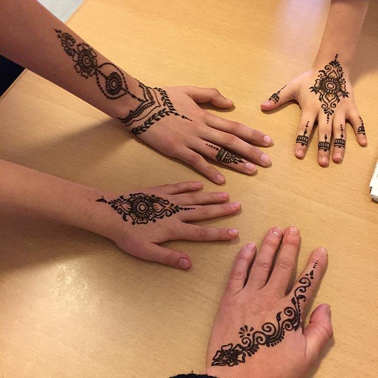 Henna wird die Köpfe der kleinen Patienten bemalen