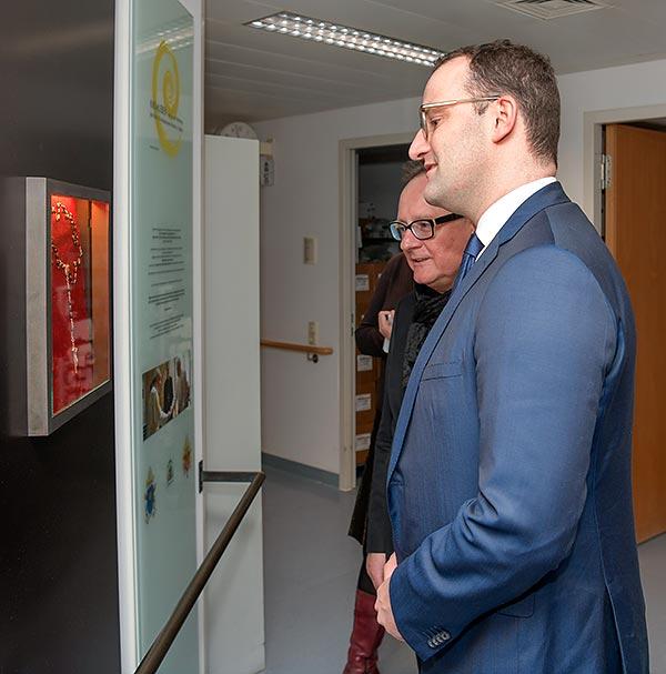 Minister Jens Spahn zeigte sich beeindruckt von unserer Vitrine